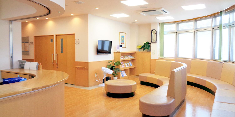 医療法人島病院の明るい待合室