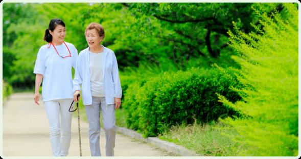 歩いている患者と看護師